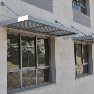 פרגולת אלומיניום תלויה מעל חלון