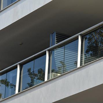 מעקות זכוכית למרפסת